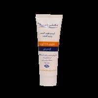 ترکیبات موثر موجود در کرم نرم کننده ۵% اوره دکتر ژیلا اوسرین: اوسرین نزدیک ترین ترکیب به چربی پوست بوده و موجب نرمی پوست می گردد، همچنین با نفوذ در عمق لایه شاخی و ایجاد یک سد نفوذ ناپذیر روی سطح پوست از تبخیر آب جلوگیری می نماید. اوسرین بطور وسیع در پیشگیری و کاهش عوارض ناشی از خشکی پوست در افراد دارای اگزما، ایکتیوز و پسوریازیس موثر می باشد. ۵% اوره: اوره ترکیبی است که بطور طبیعی در پوست وجود داشته و یکی از عوامل مرطوب کننده طبیعی پوست (NMF) به شمار می رود این ترکیب با جذب آب در سطح پوست موجب آبرسانی به پوست های خشک و آبرسانی دارای اثرات کراتولیتیک بوده و با جذب لایه های سطحی پوست در رفع خشکی پوست نقش موثری ایفاد می کند. عصاره بابونه: از عصاره این گیاه در مصر باستان برای درمان اختلالات پوستی گوناگون استفاده شده است. عصاره این گیاه با داشتن ترکیبات فلاوونوئیدی، فنلی و ویتامین B از خواص ضد التهاب، التیام بخش، آنتی باکتریال و مرطوب کننده برخوردار بوده و قرمزی و خارش پوست را بهبود می دهد. عصاره آلوئه ورا: آلوئه ورا سرشار از ویتامین ها، مواد معدنی و اسیدهای آمینه و آنزیم ها بوده و خاصیت ضد التهاب و آنتی باکتریال دارد و درمان اگزما، هیر و تحریکات جلدی نقش موثری ایفا می کند. ترکیبات پلی ساکاریدی موجود در عصاره آلوئه ورا باعث تحریک رشد سلول و ترمیم آن می شود. شی باتر: شی باتر به کار رفته در کرم نرم کننده ۵% اوره دکتر ژیلا دارای خواص مرطوب کننده بوده و با ایجاد سد نفوذ ناپذیری، از تبخیر آب از سطح پوست جلوگیری می نماید. عصاره این گیاه همچنین از خواص ضد التهابی برخوردار بوده و در بهبود زخم اگزما، خشکی پوست، لک های تیره و کاهش علایم پسوریازیس موثر می باشد. روغن زیتون: روغن زیتون الاستیسیته و رطوبت پوست را افزایش داده، در دراز مدت در پوست های دهیدراته تعادل رطوبتی و چربی برقرار می کند. اسکوالن: ترکیب اصلی این کرم اسکوالن است که علاوه بر اثرات فوق موجب افزایش نفوذ پذیری ترکیبات در پوست می شود. ترکیبات آب دیونیزه، اوره، مخلوط سدیم لاکتات، سدیم PCA، اینوزیتول (فاکتورهای NMF)، اوسرین، سدیم اسکوربیل فسفات، آلفا توکوفریل استات، د-پانتنول (پیش ساز ویتامین B5)، بخش غیر صابونی شوینده روغن زیتون، ستئاریل اولیوات، سوربیتان اولیوات، عصاره بید کانادایی، سیکلو پنتا سیلوکسان، دایمتیکونول، رو
