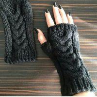 جدیدترین مدل ساق دست بافتنی دخترانه و زنانه زمستان 94 بسیاری از خانم ها با پوشیدن دستکش های زمستانی احساس راحتی ندارند و مدام برای انجام کارهای که نیاز به استفاده دقیق تر از انگشتان دارد ، مجبورند دستکش را کنار بگذارند اما ساق دست های زمستانی در نوع ساده و یک انگشتی برای این خانم ها مناسب تر است چون علاوه بر گرم نگاه داشتن دست و مراقبت از پوست دست در برابر سرما ، انگشتان در حالت آزادتری هستند. ایده هایی زیبا از مدل ساق دست بافتنی اسپرت و فانتزی 2015-2016 را در این بخش از دنیای مد نمناک خواهید دید و با الهام از این مدلها می توانید برای خود یک جفت ساق دست زمستانی زیبا ببافید. ساق دست بافتنی زمستانی اسپرت و فانتزی